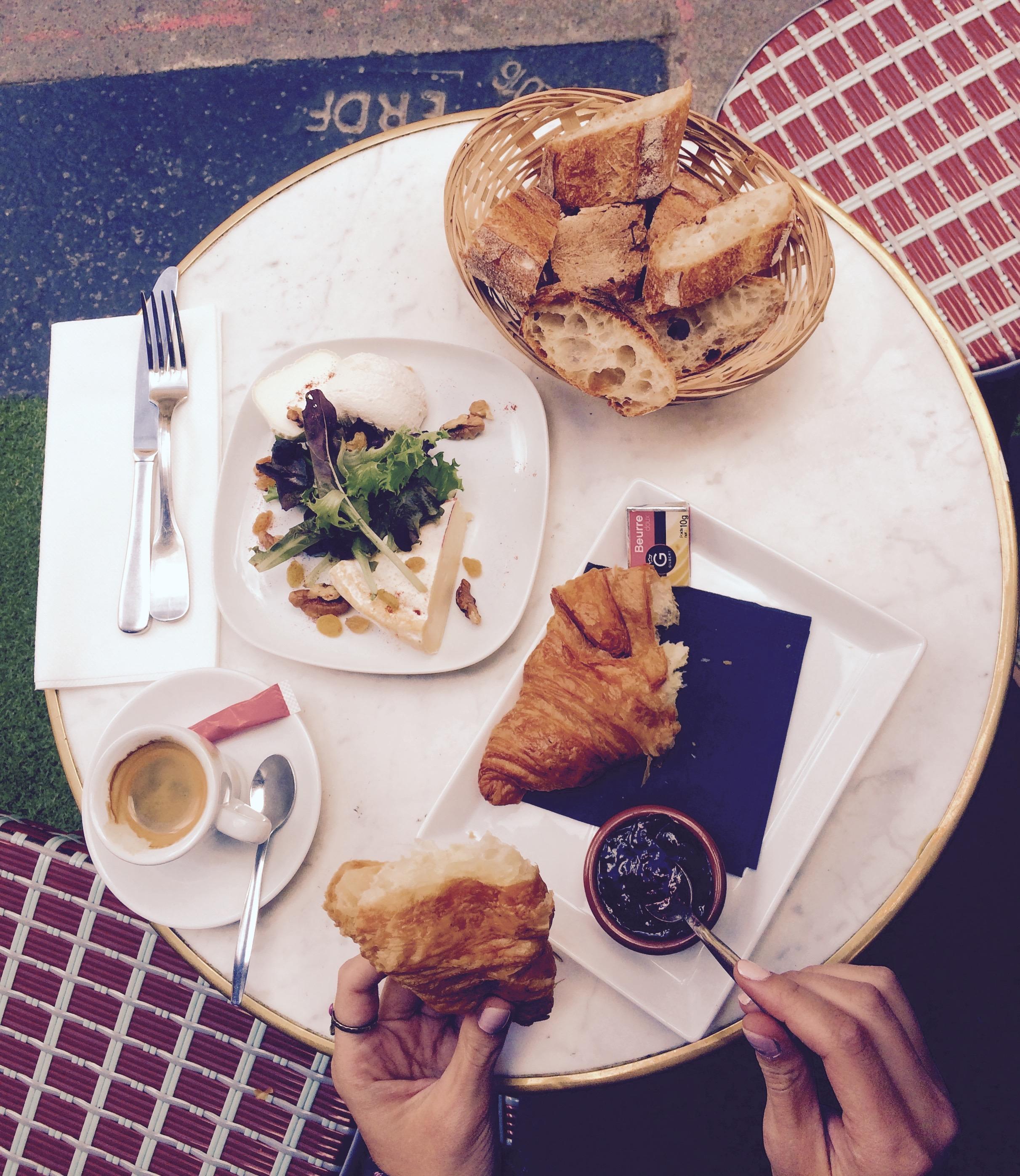 Have a breakfast at Le Petit Château d'Eau in Paris, France